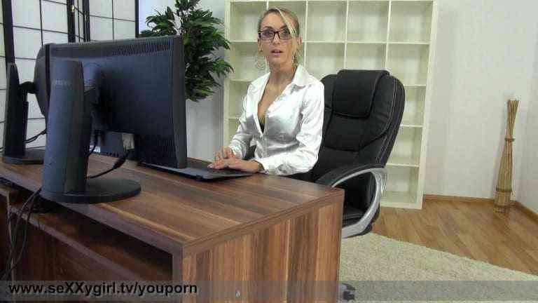 Chefin wird zur Wichsvorlage im Büro